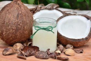 O que diz a ciência sobre óleo de coco nos cabelos
