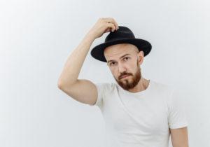 Usar chapéu causa calvície? Entenda o que acontece no couro cabeludo
