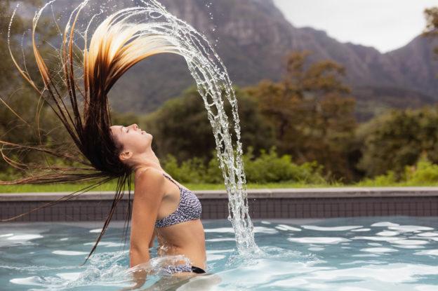 Os efeitos do cloro no cabelo: saiba como evitá-los